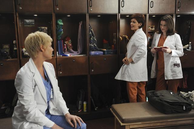 Katherine Heigl e Sarah Drew in una scena dell'episodio Invasion della serie Grey's Anatomy