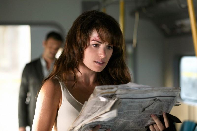 Lois (Erica Durance) legge sconvolta il giornale nell'episodio Savior della 9 stagione di Smallville