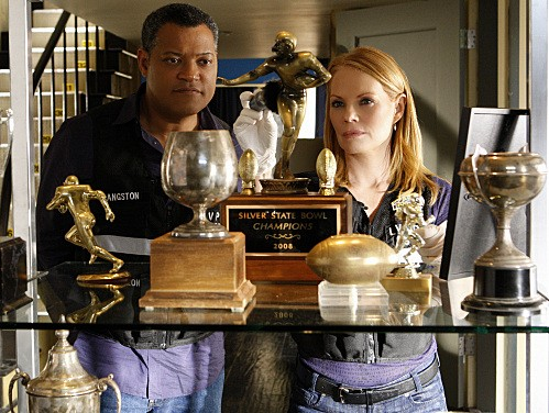 Marg Helgenberger e Laurence Fishburne in una scena dell'episodio Bloodsport della serie CSI