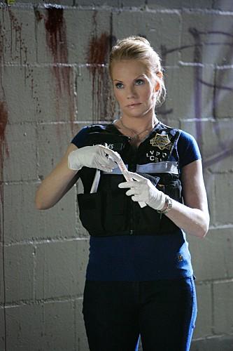 Marg Helgenberger in una scena dell'episodio Death & The Maiden della serie CSI
