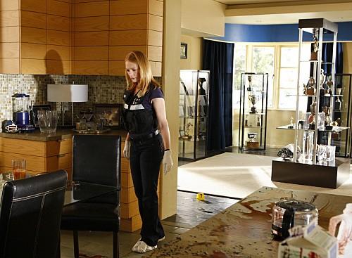 Marg Helgenberger sulla scena del crimine nell'episodio Bloodsport della serie CSI