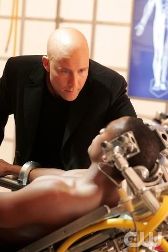 Michael Rosenbaum in una scena dell\'episodio Cyborg di Smallville