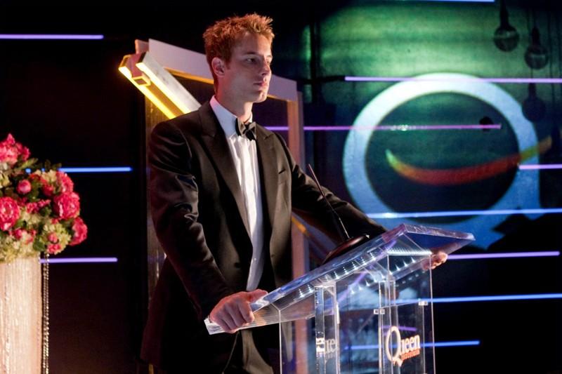 Oliver Queen (Justin Hartley) ad una conferenza nell'episodio Echo della stagione 9 della serie Smallville