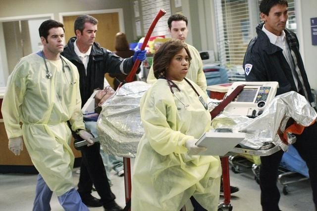 Robert Baker e Chandra Wilson in una scena dell'episodio I Saw What I Saw di Grey's Anatomy