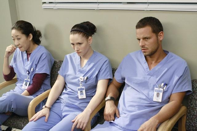 Sandra Oh, Chyler Leigh e Justin Chambers in una scena dell'episodio I Saw What I Saw di Grey's Anatomy
