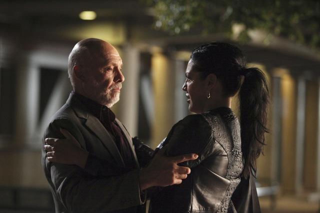 Sara Ramirez ed Hector Elizondo in una scena dell'episodio Invasion della serie Grey's Anatomy
