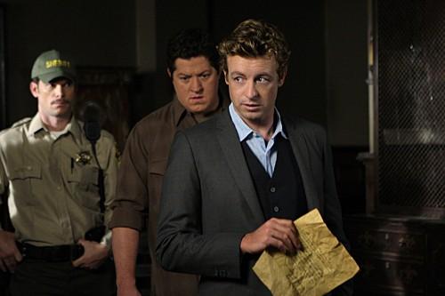Simon Baker, Derk Cheetwood e Matthew John Armstrong in una scena dell'episodio Red Scare di The Mentalist