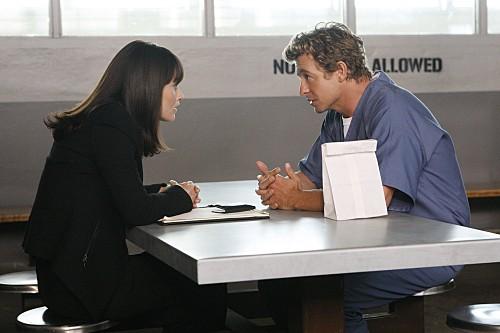 Simon Baker e Robin Tunney in una scena dell'episodio Black Gold and Red Blood di The Mentalist