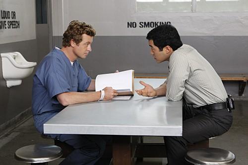 Simon Baker e Tim Kang in una scena dell'episodio Black Gold and Red Blood di The Mentalist