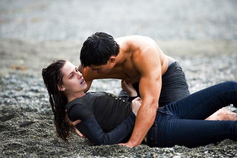 Taylor Lautner e Kristen Stewart in una sequenza del film Twilight: New Moon