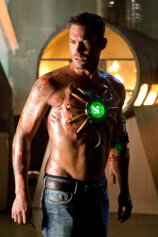 Uno sconvolto Metallo (Brian Austin Green) in una scena dell'episodio Metallo di Smallville