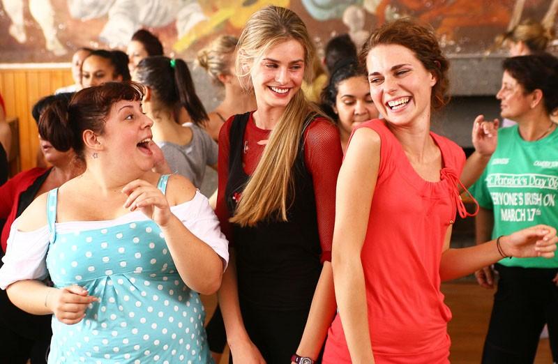 Vanessa Hessler, Giulia Gennari e Giulia Lippi in una scena della fiction Una sera d'ottobre