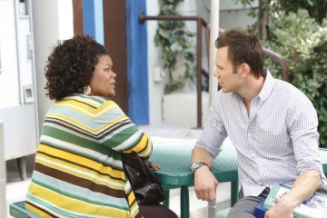 Yvette Nicole Brown e Joel McHale in una scena dell'episodio Social Psychology della serie Community