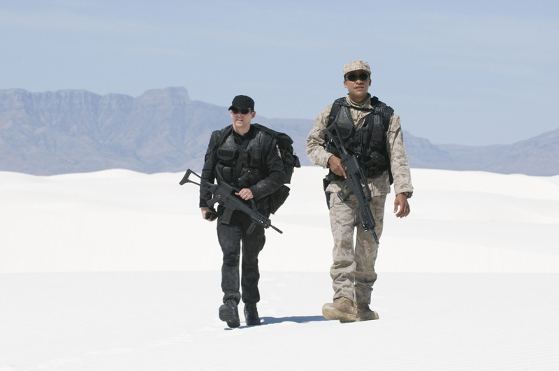 Brian J. Smith e Jamil Walker Smith in esplorazione nell'episodio Air: Part 3 di Stargate Universe