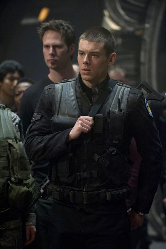 Brian J. Smith è Matthew Scott in una scena della premiere di Stargate Universe