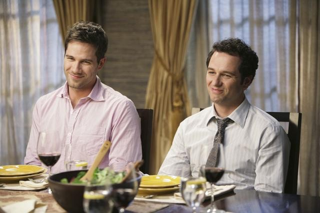 Brothers & Sisters: Luke MacFarlane e Matthew Rhys nell'episodio Almost Normal