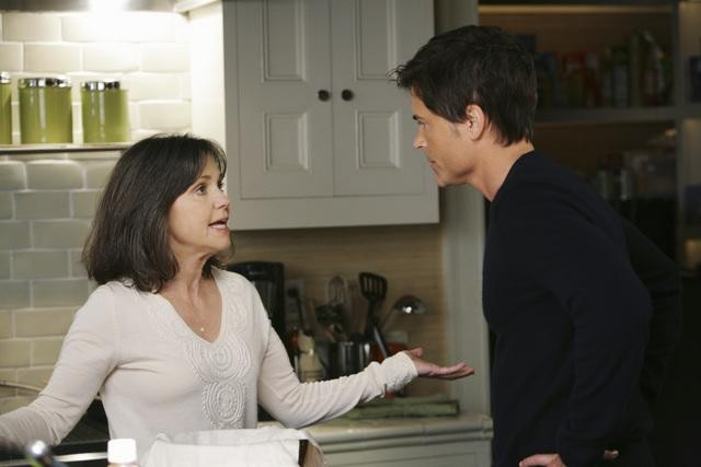 Brothers & Sisters: Rob Lowe e Sally Field in una scena dell'episodio Almost Normal