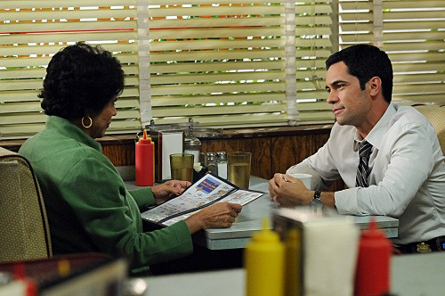 Cold Case: Danny Pino in una scena dell'episodio Hood Rats