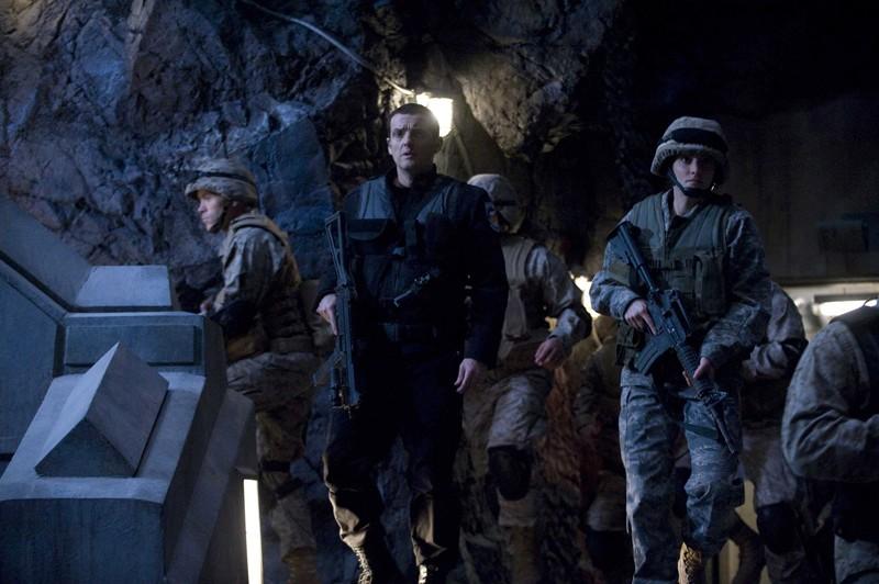Everett Young (Justin Louis) e un gruppo di soldati in una scena della premiere di Stargate Universe