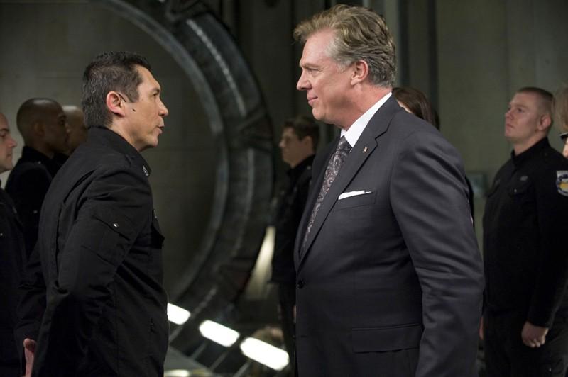 Il Colonnello Telford (Lou Diamond Phillips) parla con Alan Armstrong (Christopher McDonald) in una scena della premiere di Stargate Universe