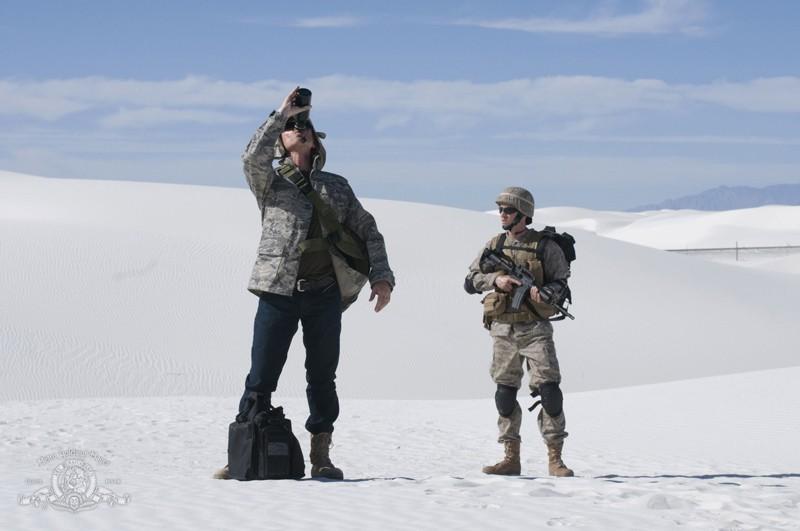 Il Dott. Nicholas Rush (Robert Carlyle) si disseta nella puntata Air: Part 3 di Stargate Universe