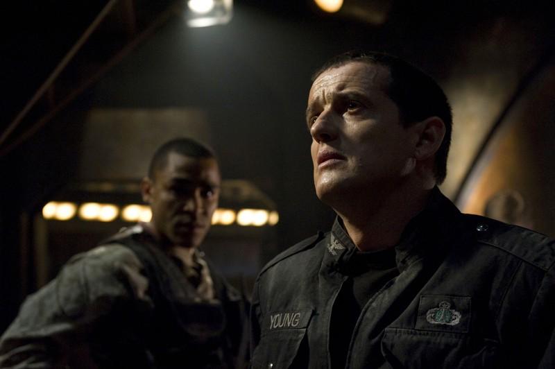 Jamil Walker Smith e Justin Louis in una scena d'azione della premiere di Stargate Universe