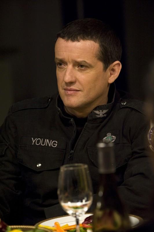 Justin Louis è Everett Young in una scena della premiere di Stargate Universe
