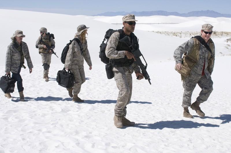 La squadra in esplorazione nell'area desertica nell'episodio Air: Part 3 di Stargate Universe