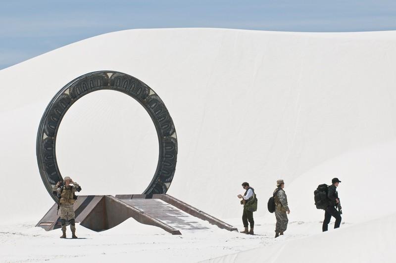 Lo squadra arriva nell'area desertica in una scena dell'episodio Air: Part 3 di Stargate Universe