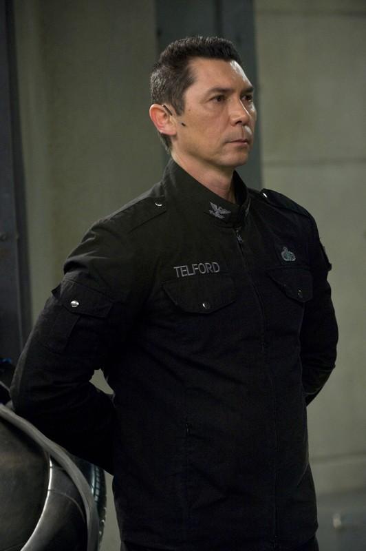 Lou Diamond Phillips è Colonnello Telford in una scena della premiere di Stargate Universe