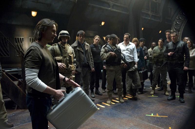 Robert Carlyle durante una scena della premiere di Stargate Universe