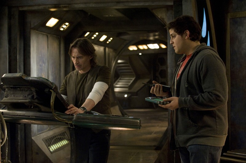 Robert Carlyle e David Blue in una scena della premiere di Stargate Universe