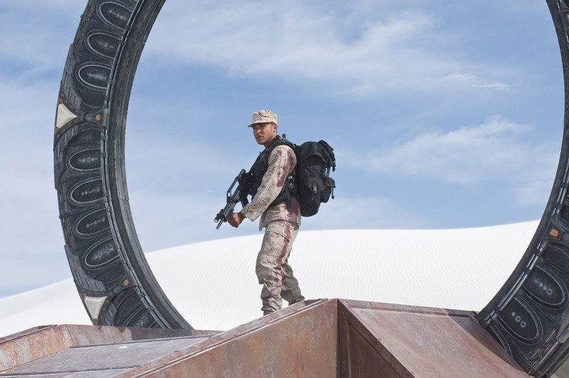 Ronald Greer (Jamil Walker Smith) discende dallo stargate nell'episodio Air: Part 3 di Stargate Universe