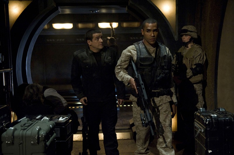 Ronald Greer (Jamil Walker Smith) e Everett Young (Justin Louis) in una scena della premiere di Stargate Universe