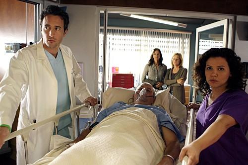 Three Rivers: Alex O'Loughlin, Justina Machado e James Dumont in una scena dell'episodio Alone Together