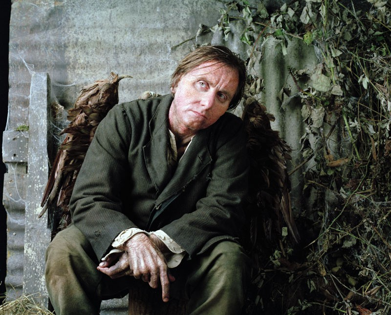 Tim Roth in una scena del film Skellig
