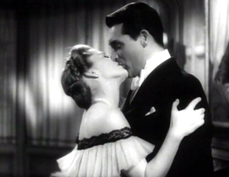 Un bacio appassionato tra Cary Grant e Joan Fontaine in una scena del film Il sospetto ( 1941 )