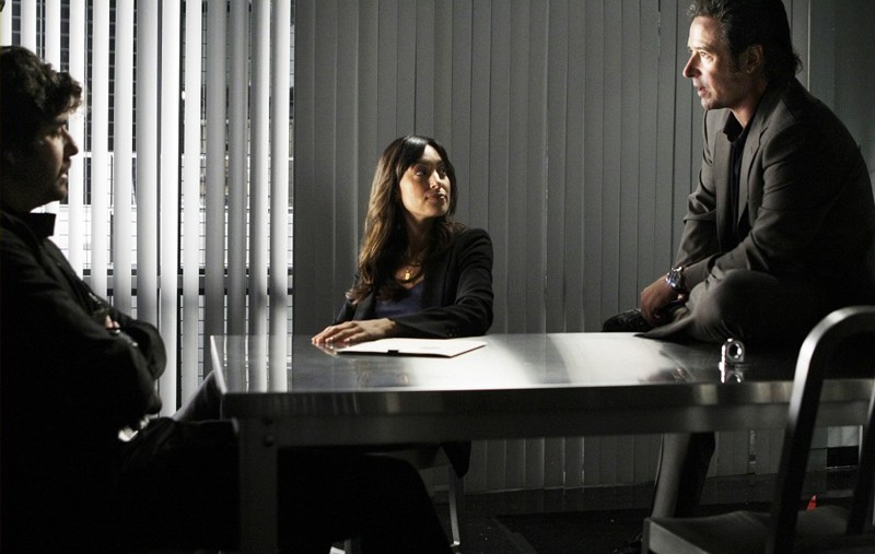 Adam Goldberg, Aya Sumika e Rob Morrow nella scena di un'interrogatorio dell'episodio Where Credit's Due di Numb3rs
