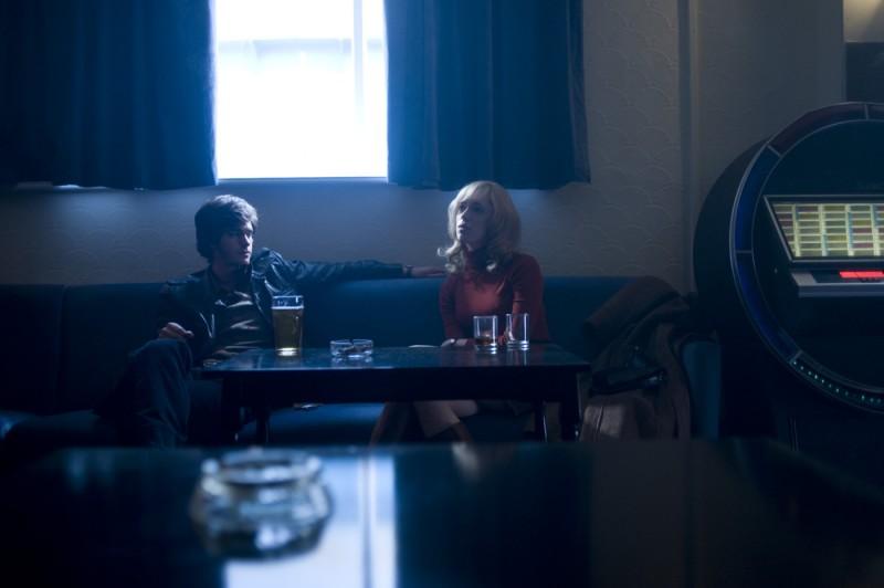 Andrew Garfield e Rebecca Hall in una scena del film Red Riding: 1974