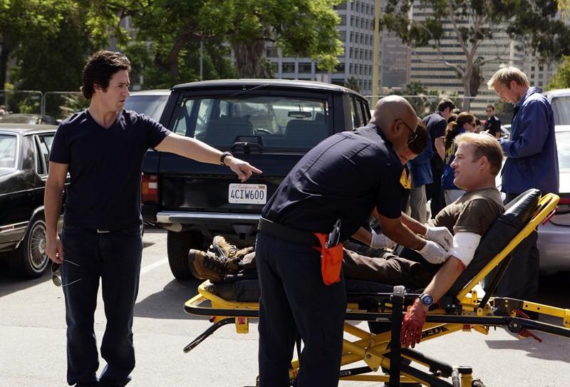 Don Eppes (Rob Morrow) parla con un ferito Pete Fox (Gregg Henry) in una scena dell'episodio Friendly Fire di Numbers