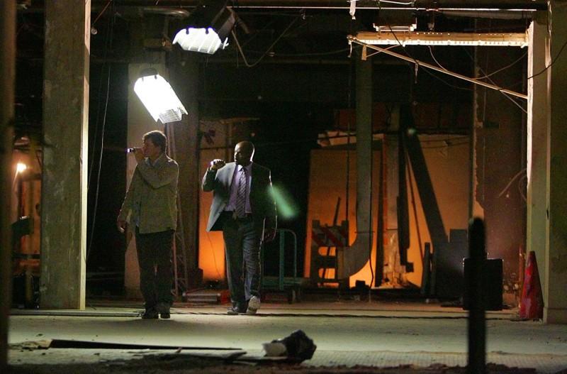 Dylan Bruno e Alimi Ballard in missione nell'episodio Hangman della sesta stagione di Numb3rs