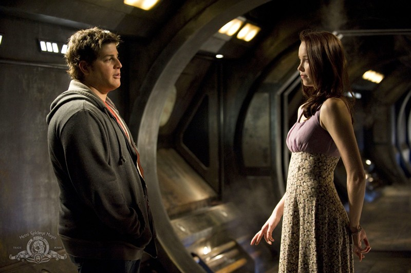 Eli (David Blue) e Chloe (Elyse Levesque) in una scena dell'episodio Darkness di Stargate Universe