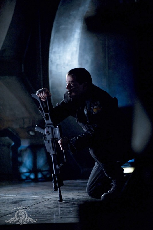 Everett Young interpretato da Justin Louis in una scena sulla nave dell'episodio Darkness di Stargate Universe