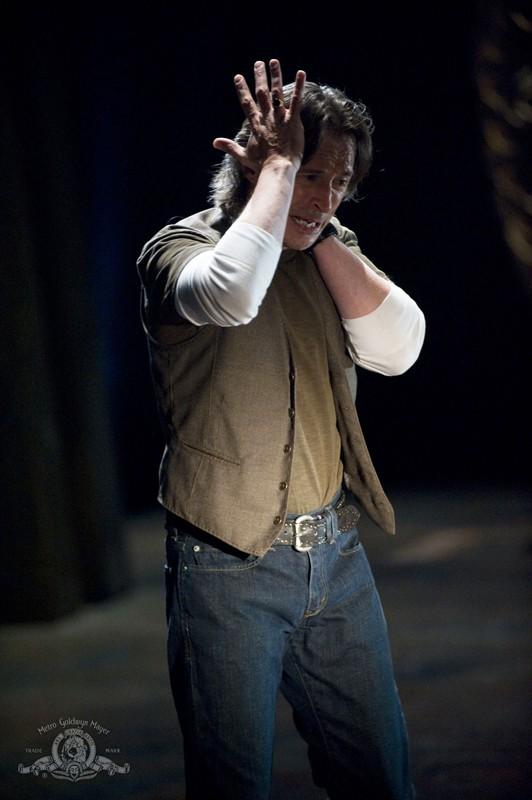 Il Dott. Rush (Robert Carlyle) sconvolto in una scena dell'episodio Darkness di Stargate Universe