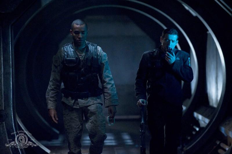 Jamil Walker Smith e Justin Louis camminano per la nave nell'episodio Darkness di Stargate Universe