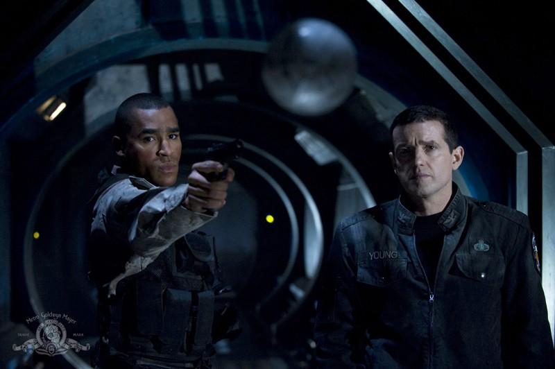 Jamil Walker Smith e Justin Louis in un momento dell'episodio Darkness di Stargate Universe