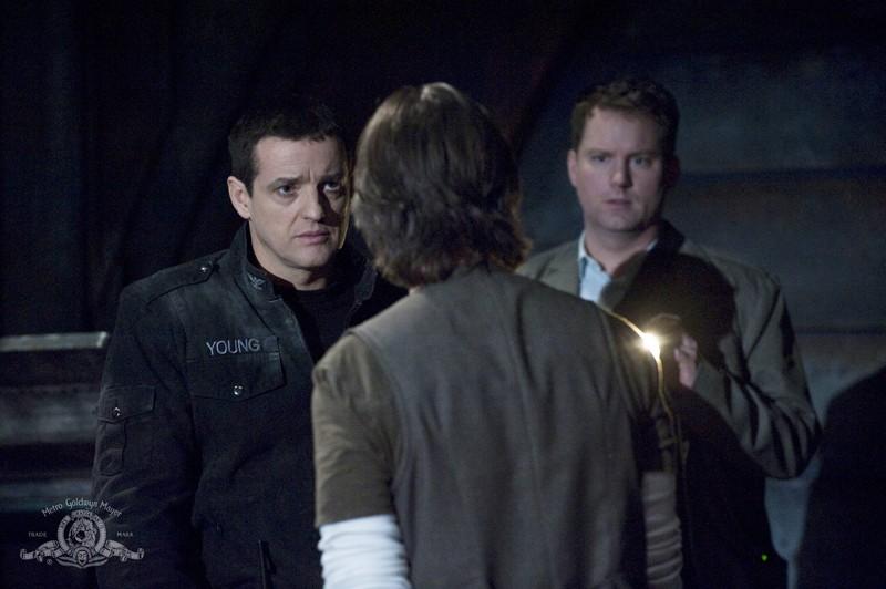 Justin Louis parla con Robert Carlyle nell'episodio Darkness della serie Stargate Universe
