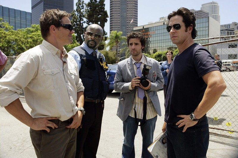 L'agente Don Eppes (Rob Morrow) e David Sinclair (Alimi Ballard) in una scena dell'episodio Friendly Fire di Numb3rs