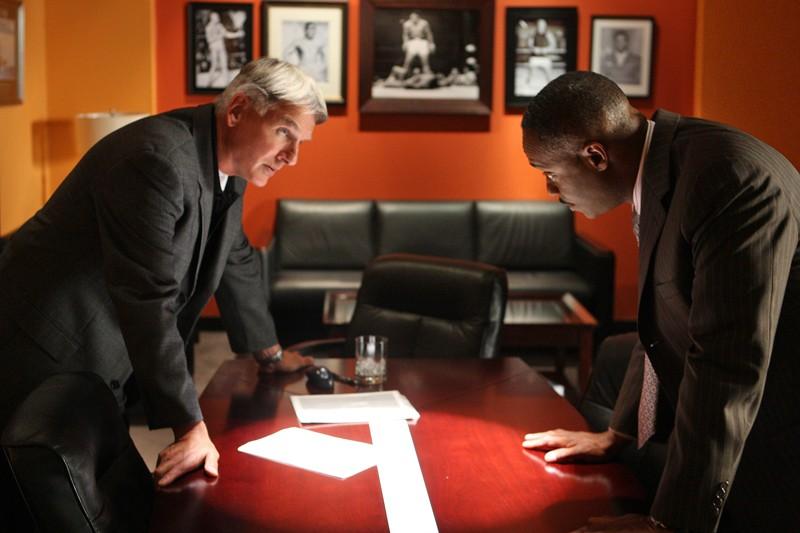 L'Agente Gibbs (Mark Harmon) discute con Leon Vance (Rocky Carroll) in una scena dell'episodio Good Cop, Bad Cop di Navy NCIS