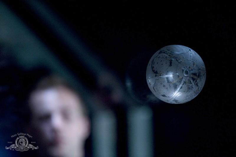 La sfera comincia ad orbitare in una scena dell'episodio Darkness di Stargate Universe